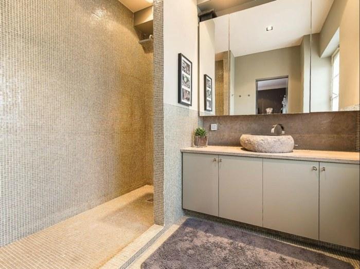 ванная комната мозаичная плитка зеркальный шкаф