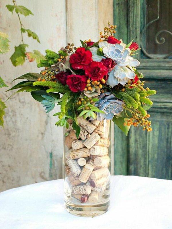Цветочная ваза, заполненная пробками для бутылок