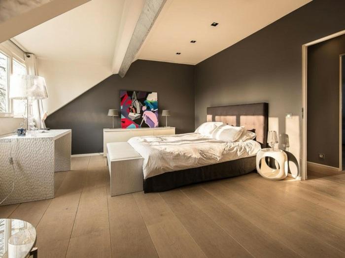 мансардная спальня идея обстановки современное искусство на стене