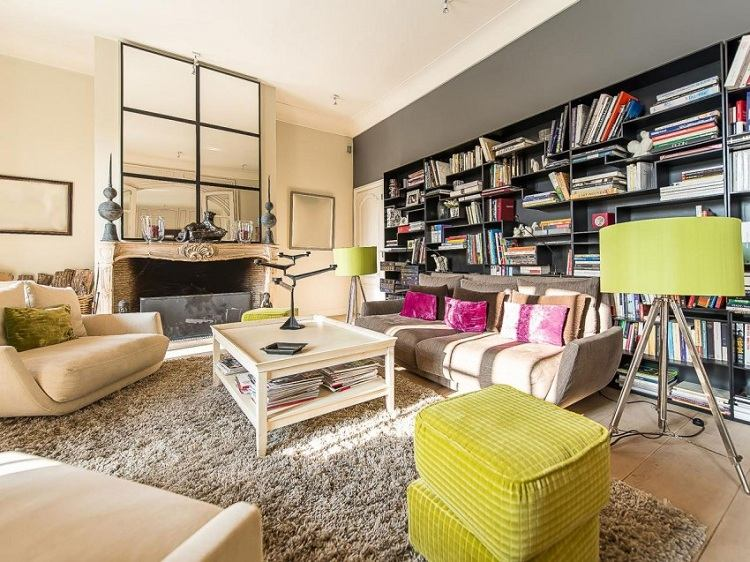 гостиная идеи оформления зеленый пуфик торшер библиотека
