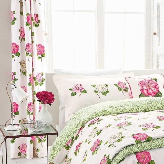 Белые шторы с яркими розами для спальни