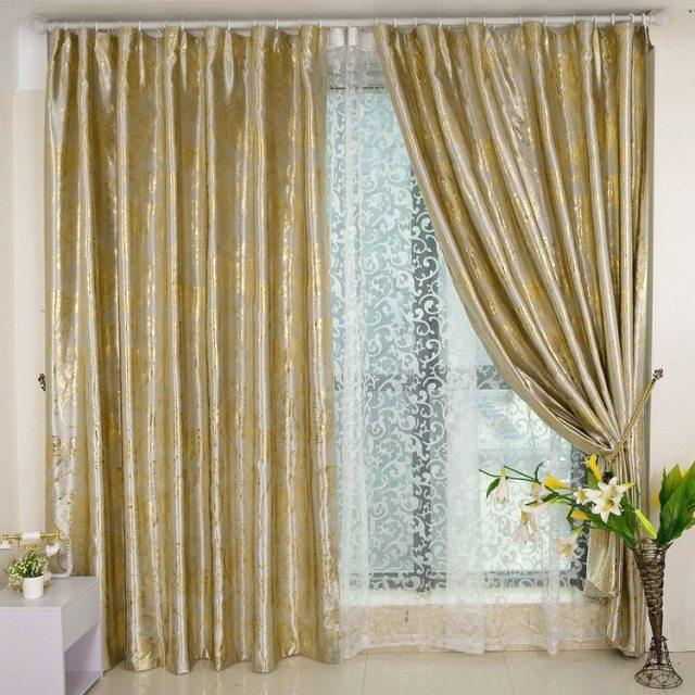 Блестящие шторы золотого цвета с ажурной тюлью