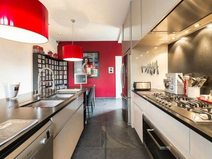 красная акцентная стена белые кухонные фасады стальная столешница