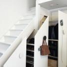 Использовать пространство под лестницей