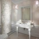 Изящный бежево-серебристый интерьер ванной