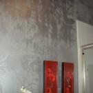 Серебристые стены и красные картины