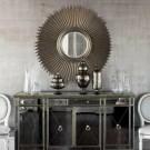 Серебристый цвет стен и зеркало-солнце