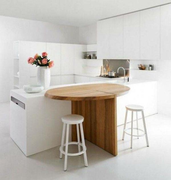 Белая кухня с деревом