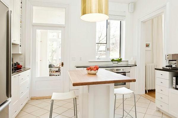 Фото: белая кухня и золотой торшер