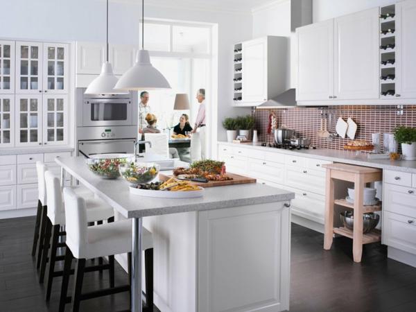 Кухня белая с бордовым