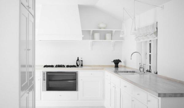 Минималистичная белая кухня
