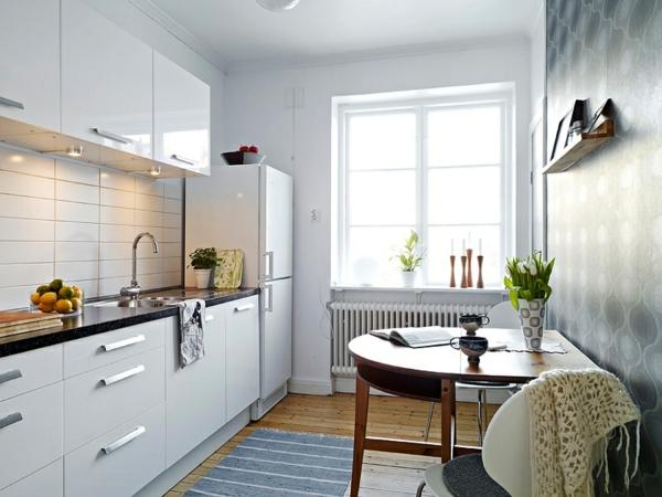 Серая стена на белой кухне