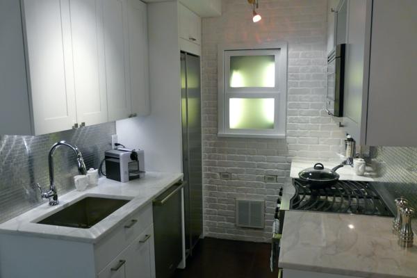 Белый кирпич на маленькой кухне в хрущевке