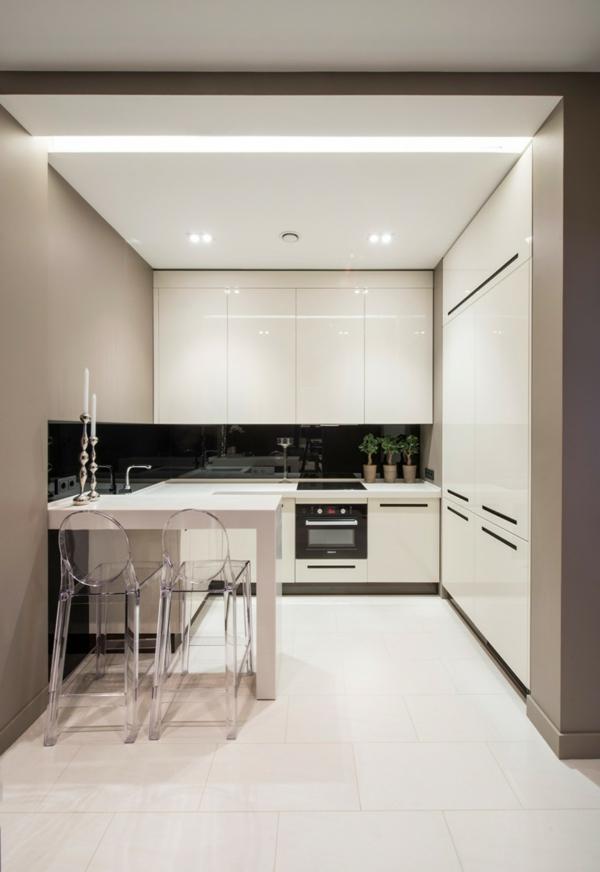 Интерьер кухни в бело-бежевых тонах