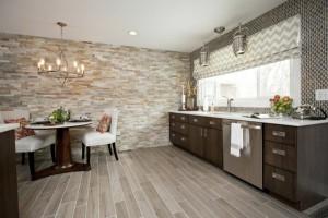Интерьер кухни с декоративным камнем