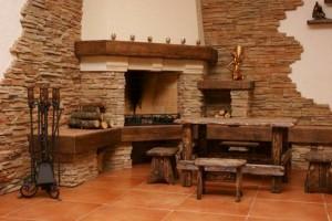 Гостиная в охотничьем стиле с декоративным камнем