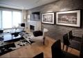 Стильная гостиная с серым искусственным камнем