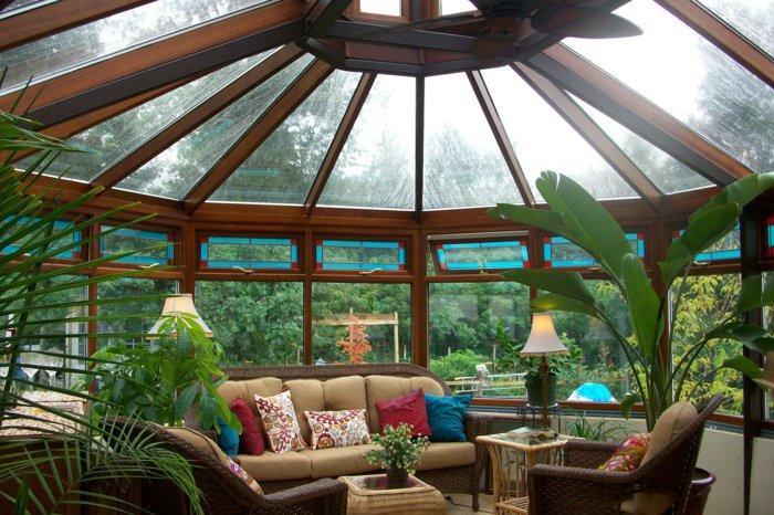 Фото: интерьер зимнего сада-оранжереи, в котором будет уютно в любую погоду