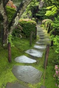 Садовая дорожка из декоративного камня
