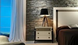 Серый искусственный камень в спальне