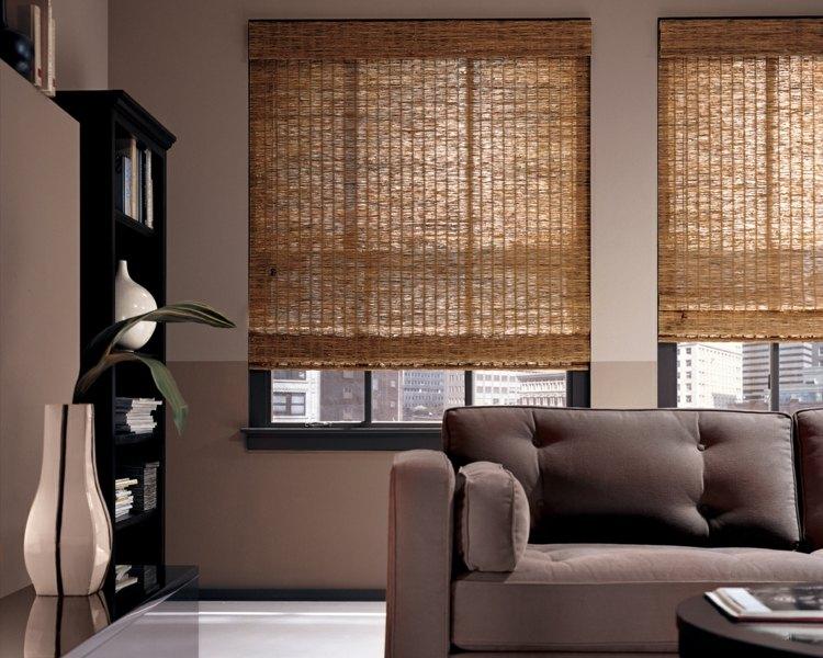 Бамбуковые римские шторы в гостиной с современным интерьером