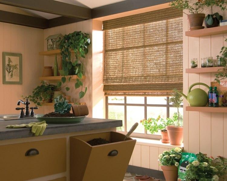 Деревянные стены и римские шторы из бамбука