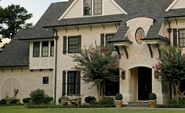 Фото бежевой облицовочной плитки под камень для дома с аристократическим характером