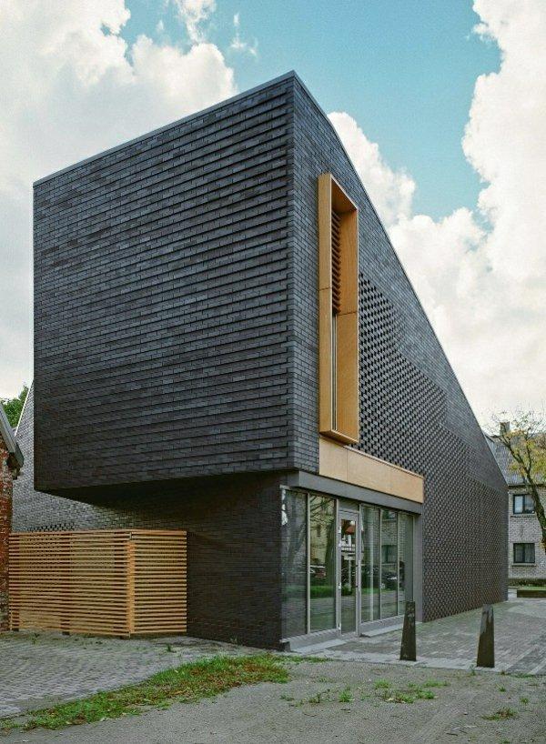 Оригинальный материал для облицовки зданий - черная фасадная плитка под кирпич