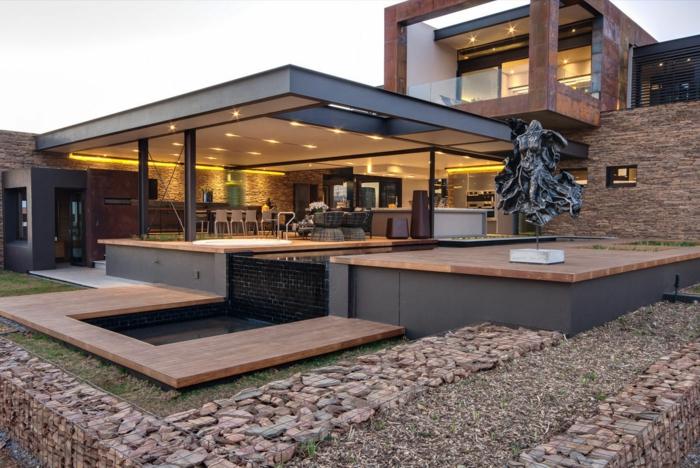 Южный дом с открытой верандой и облицовочной настенной плиткой