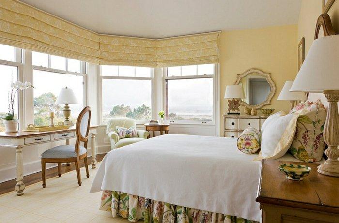 Плотные желтые римские шторы в спальне