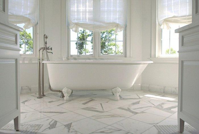 Прозрачная белая римская штора в ванной комнате