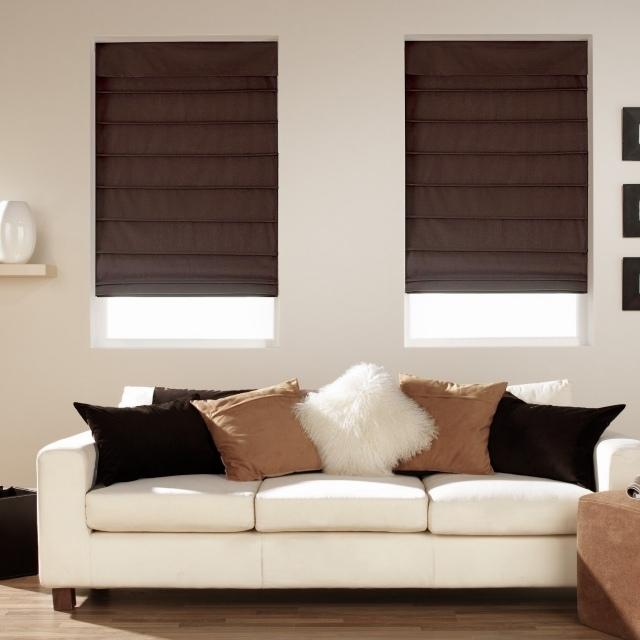Темные римские шторы в гостиной, создающие контраст со светлым интерьером