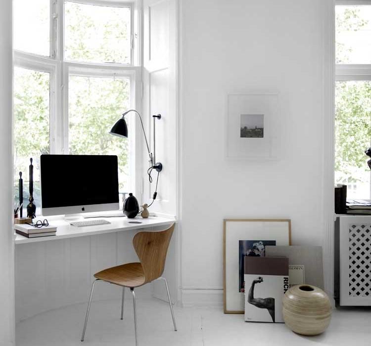 стол на подоконнике фото