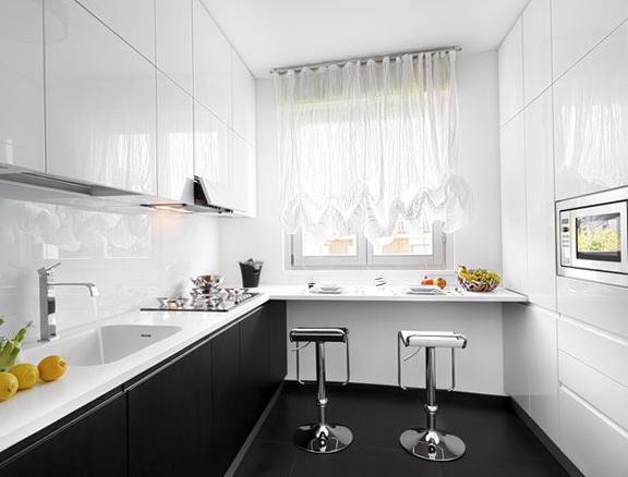 Идея для маленькой кухни - подоконник-столешница