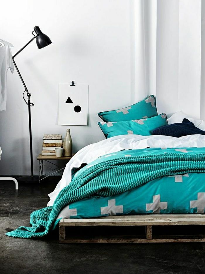 Каркас из поддонов и бирюзовое постельное белье