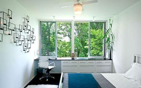 Письменный стол-подоконник в комнате