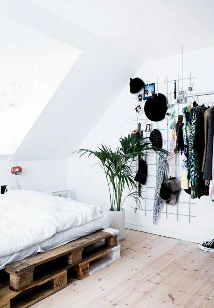 Простой дизайн комнаты с кроватью из поддонов
