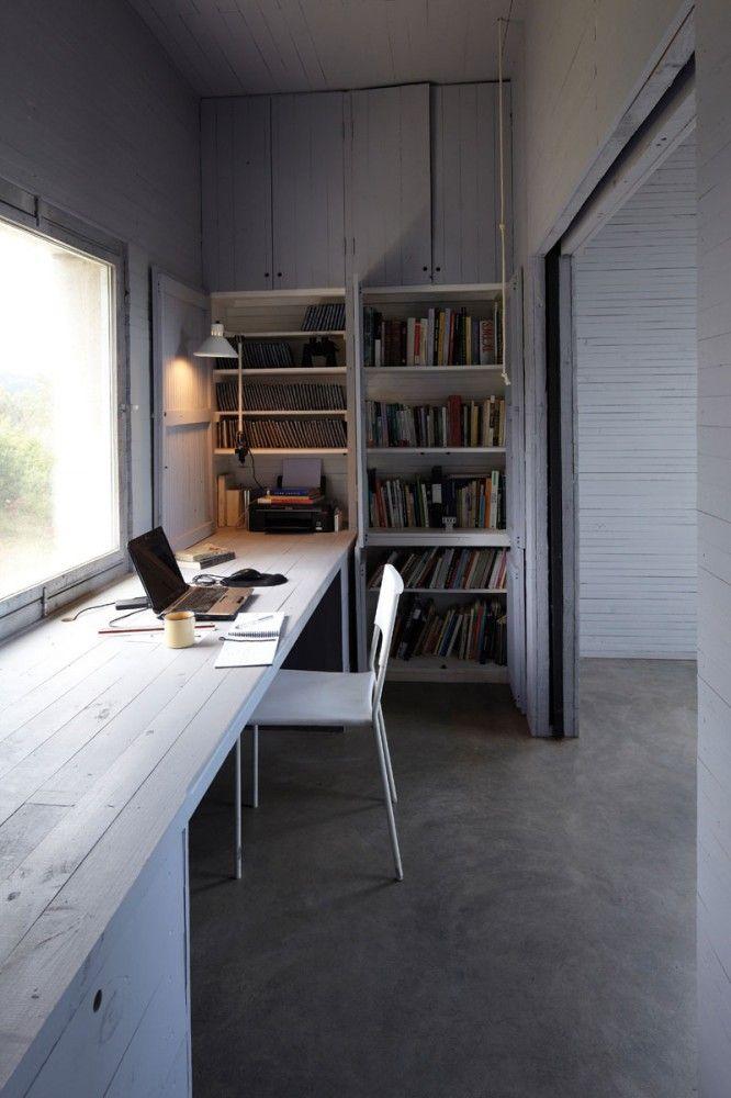Рабочий стол-подоконник в кабинете