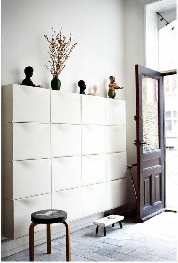 Белый шкаф для прихожей с современным дизайном фото
