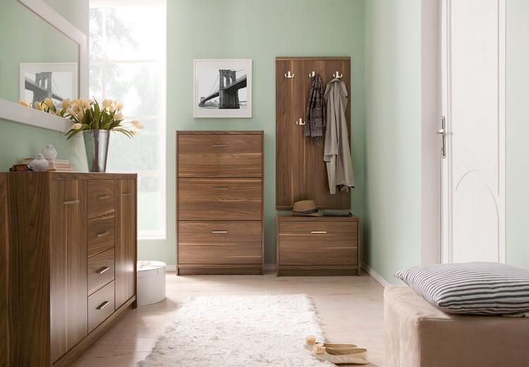 Красивый интерьер прихожей — мятные стены, светлая плитка и темная мебель