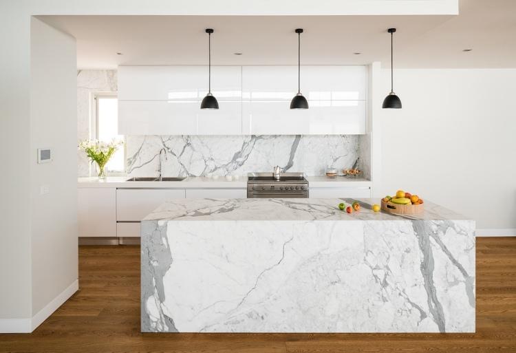 Кухонный остров и фартук из белого мрамора фото