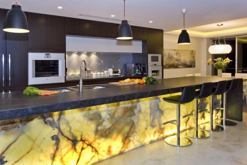 Кухонный остров из оникса и столешницей из кварцевого агломерата фото