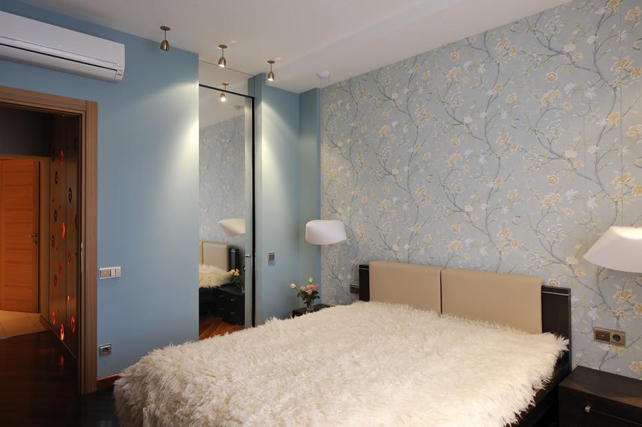 Спальня серо-голубой обои с розами меховое покрывало фото