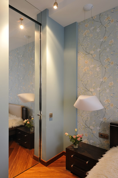 Спальня серо-голубой точечкое освещение оригинальная лампа розы фото