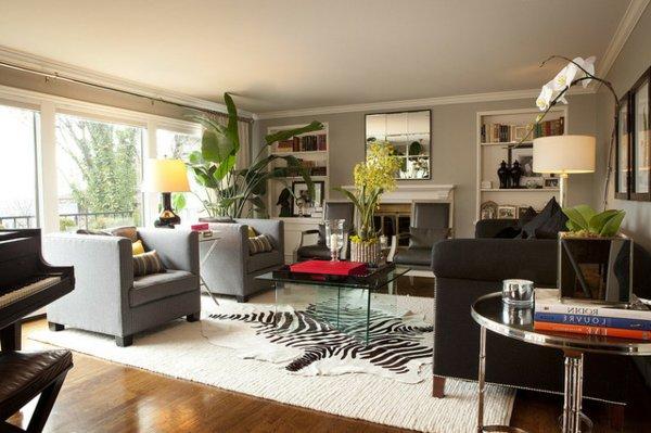 Стеклянный журнальный стол в гостиной, напоминающей о джунглях