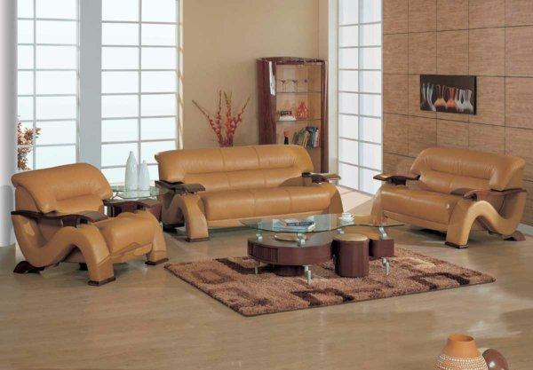 Стеклянный журнальный столик в интерьере с кожаным диваном
