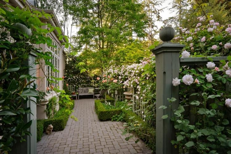 Английский сад и белые вьющиеся розы
