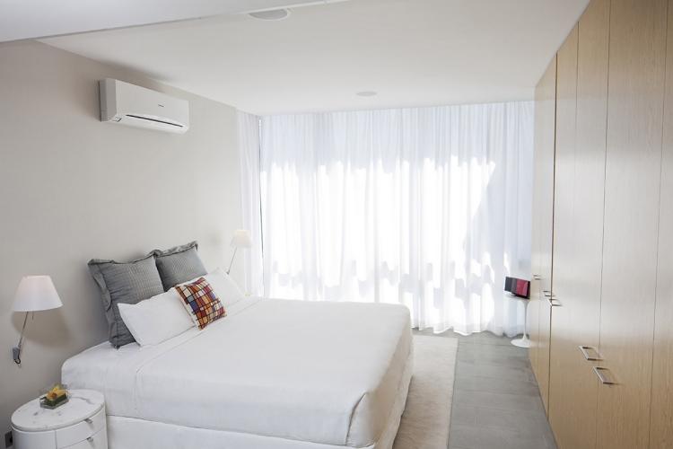 Белый кондиционер в интерьере спальни фото