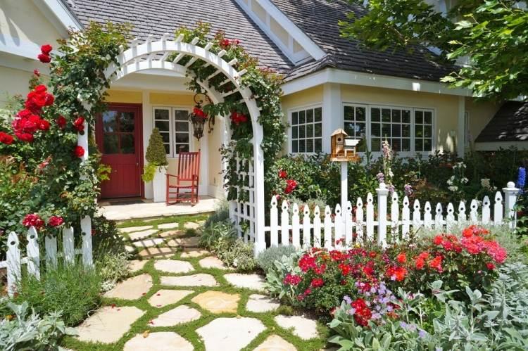 Красные плетистые розы на арке фото