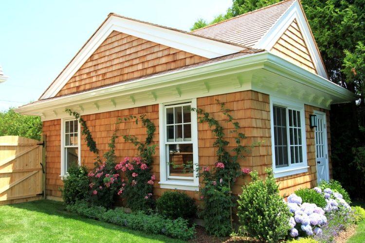 Плетистые розы украшают фасад дома